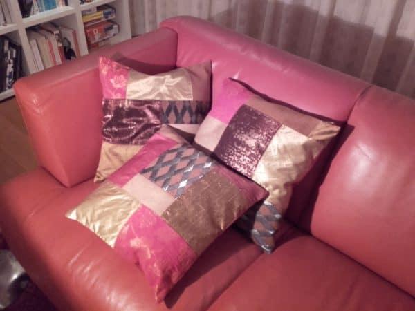 duurzame roze kussens op roze bank