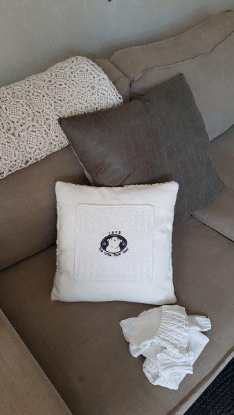 wit kussen gemaakt van duurzaam materiaal op bank